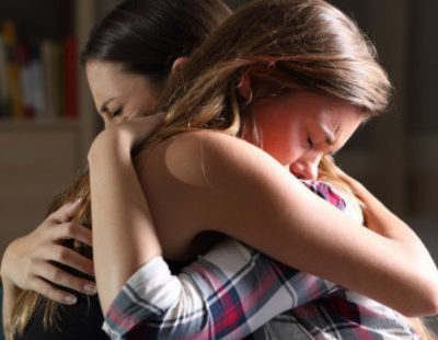 web3-forgive-forgiveness-women-hug-cry-shutterstock_627402740-por-antonio-guillem-ai