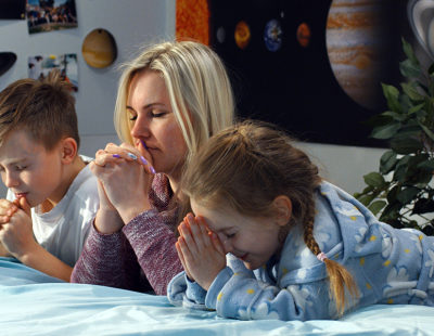 web3-praying-children-child-bed-bedroom-parent-mother-woman-shutterstock_1367032616
